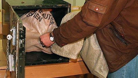 Tresor mit 170.000 Euro verschrottet (Bild: APA/Brandstätter R.)