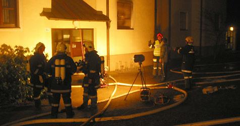Mutter sackt bei Brand zusammen (Bild: Feuerwehr)