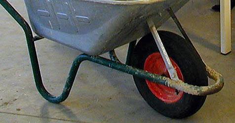 Drei Tonnen Schrott mit Scheibtruhen weggekarrt (Bild: APA/Wolfgang Wagner)