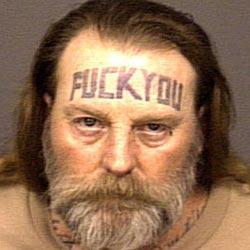 Ladendieb trägt eindeutiges Tattoo auf der Stirn (Bild: San Diego Police Department)
