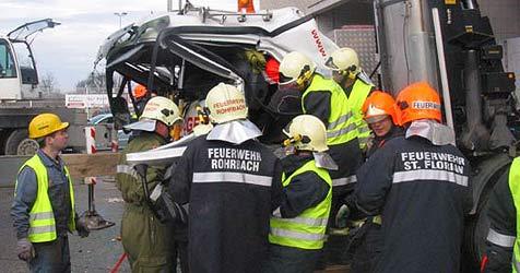 Lkw-Fahrer von Betonplatte erschlagen (Bild: FF St. Florian)