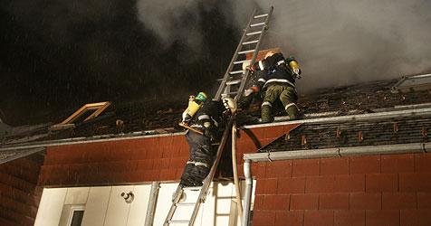 Feuerwehr löscht brennendes Wohnhaus in Steyr (Bild: Feuerwehr Steyr)
