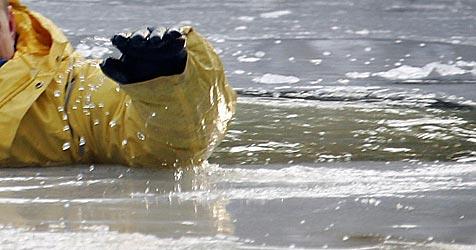 Stockschütze bricht durchs Eis (Bild: apa/A3534 Michael Hanschke)