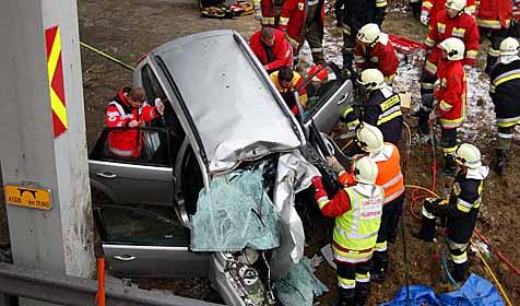 Lenker und Beifahrerin schwer verletzt (Bild: 144 Notruf)