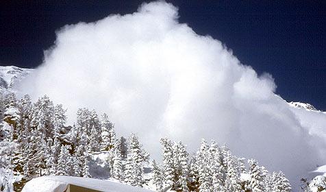 Skiurlauber aus Baden überlebt wie durch ein Wunder (Bild: APA/Josef Mitterer)