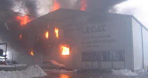 Autowerkstatt in Seewalchen in Flammen (Bild: FF Seewalchen)