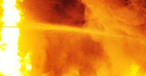 Feuer vernichtet Dachstuhl von frisch renoviertem Haus (Bild: dpa/A9999 Db Wolfgang Künstle)