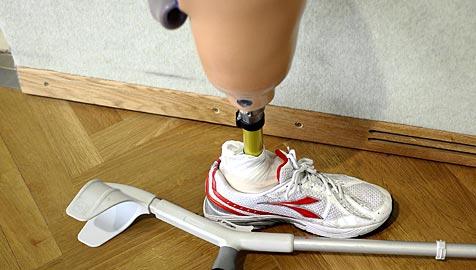 Brite bekam Fußfessel an Beinprothese angelegt (Bild: APA/Barbara Gindl)