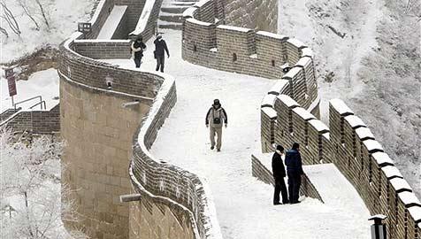 """Chinesen lassen es in Peking """"künstlich"""" schneien (Bild: AP)"""