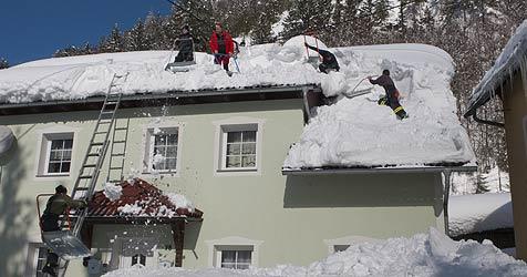 Helfer im Kampf gegen den Schnee total erschopft (Bild: Jack Haijes)