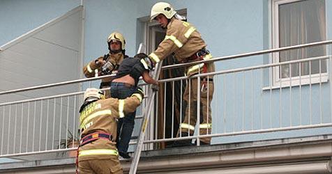 Elfjahriger rettet sich vor Brand auf Balkon