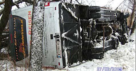 Schulbus stürzt über Böschung - keine Verletzten (Bild: Freiwillige Feuerwehr Raabs)
