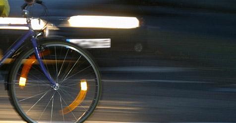 Radfahrerin schlägt mit Kopf gegen Windschutzscheibe (Bild: obs/DVR/Dvr)