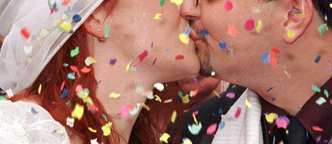 Nicht nur im Fasching, küssen erlaubt. (Bild: dpa/Boris Roessler)