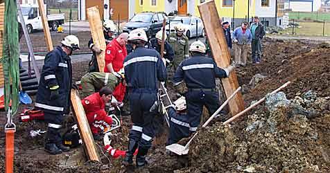 Arbeiter in Baugrube verschüttet (Bild: Sascha Drlo/ FF Horn)