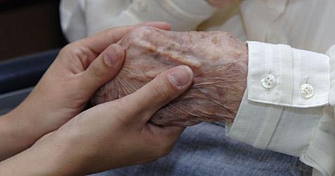 Hooligan stieß Frau um, seither ist 84-Jährige Pflegefall (Bild: APA/Barbara Gindl)