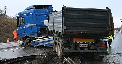 500 l Diesel nach Lkw-Unfall ins Erdreich gesickert (Bild: Freiwillige Feuerwehr Stockerau)