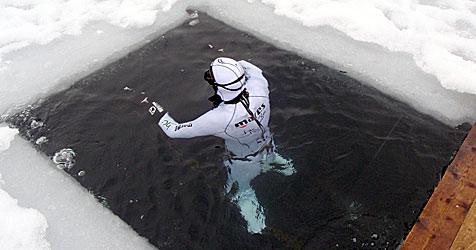 Niederösterreicher taucht 93 Meter unter Eisdecke (Bild: APA/CHRISTIAN REDL)