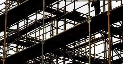 Lift für  Baugerüst stürzt zehn Meter in die Tiefe (Bild: dpa/dpaweb/dpa/A3606 Guido Bergmann)