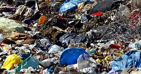 Müll unter Sportplatz ließ Hang abrutschen (Bild: dpa/dpaweb/dpa/Patrick Pleul)