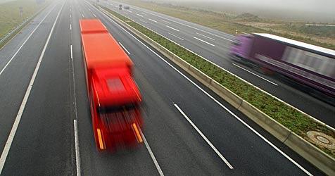 Lkw stürzt auf A2 über Böschung (Bild: dpa/dpa-Zentralbild/Z1009 Jan-Peter Kasper)