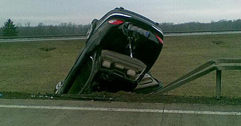 Limousine landet mit Dach auf Böschung (Bild: FF Stockerau)