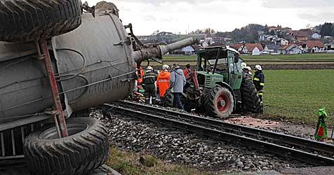 Traktor von Zug erfasst - Landwirt (58) tot! (Bild: fotoplutsch.at)