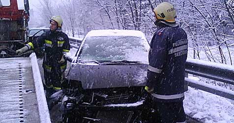 Spiegelglatte Fahrbahnen lösen Unfallserie aus (Bild: Thomas Rauch/Freiwillige Feuerwehr Gloggnitz)