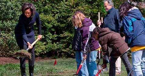 Michelle Obama geht unter die Gemüse-Gärtner (Bild: EPA)