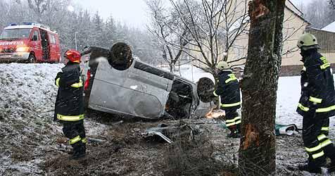 Auto gegen Baum - Welser erleidet Genickbruch (Bild: Feuerwehr Sattledt)