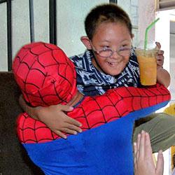 """""""Spiderman"""" rettet ängstlichen autistischen Bub (Bild: AFP)"""
