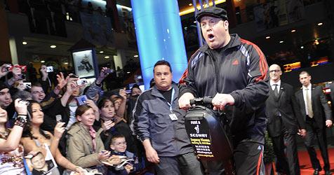 Kevin James im Jogger bei Filmpremiere (Bild: APA/Herbert Neubauer)