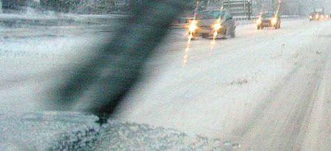 Schneefall sorgt für Verkehrsprobleme im Urlauberwechsel (Bild: APA/BARBARA GINDL)
