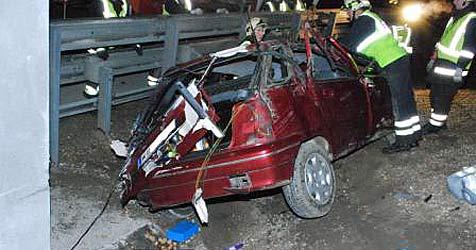 Pkw auf A2 gegen Brückenpfeiler gekracht (Bild: FF Traiskirchen)