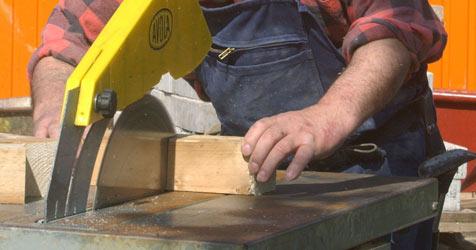 Arbeiter gerät mit Hand in rotierende Kreissäge (Bild: dpa/dpaweb/dpa/Martin Athenstädt)