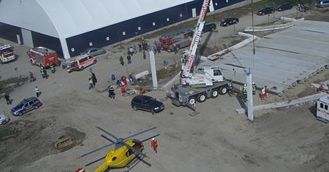 Betonhalle eingestürzt - zwei Schwerverletzte