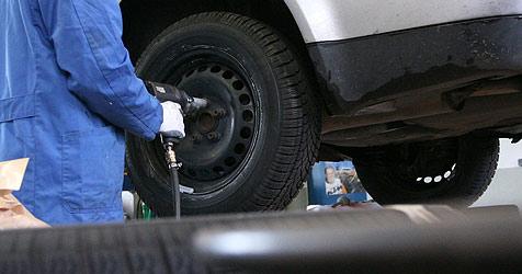 Reifenwechsel-Stress hat schon begonnen (Bild: APA/HELMUT FOHRINGER)