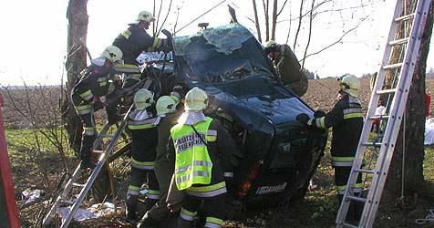 Zwei Verletzte bei schwerem Autounfall (Bild: Feuerwehr Pettenbach)