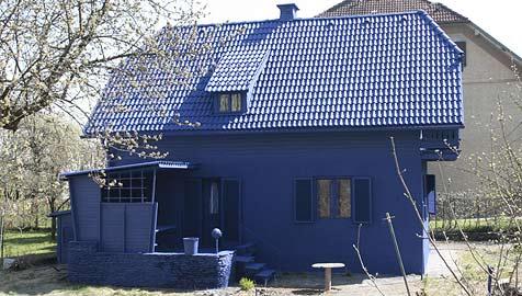 Blaues Haus lässt Passanten staunen (Bild: Klaus Kreuzer)