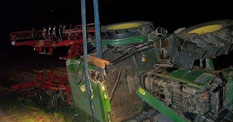 """Traktor bei Überholmanöver """"abgeschossen"""" (Bild: FF Wels)"""