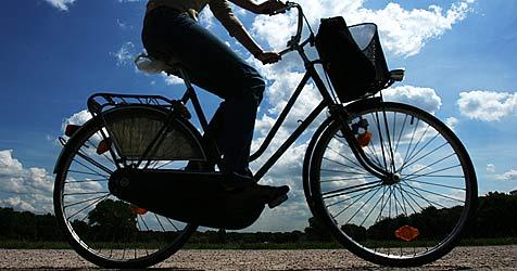 Unfalllenker lässt verletzte Radfahrerin liegen (Bild: dpa/A3754 Sebastian Widmann)