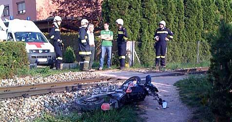 Moped kollidierte im Bezirk St. Pölten mit Zug (Bild: 144 - NOTRUF NÖ)