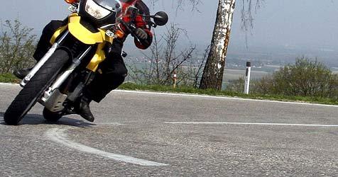 Motorrad über steile Böschung gut 50 Meter  abgestürzt (Bild: APA/HERBERT PFARRHOFER)