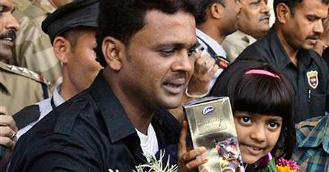 """Vater von """"Slumdog""""-Kinderstar wieder frei (Bild: AP)"""