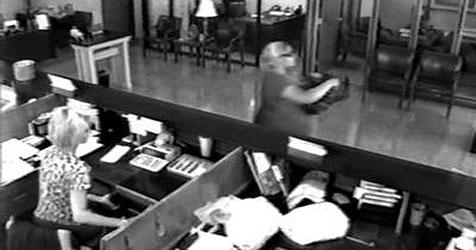 Bankräuberin erhält Anruf und vergisst Beute (Bild: Fayetteville Police)