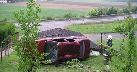 Mit Auto über Böschung gegen Garage (Bild: FF Luftenberg)