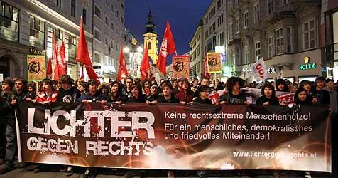 """2.000 beim """"Lichterzug gegen Rechts"""" in Linz (Bild: rubra)"""