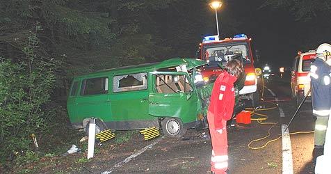 29-Jähriger stirbt bei Autounfall in Weilbach (Bild: Feuerwehr Weilbach)