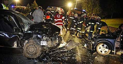 Drei Schwerverletzte bei Unfall in Friedburg (Bild: Manfred Fesl)