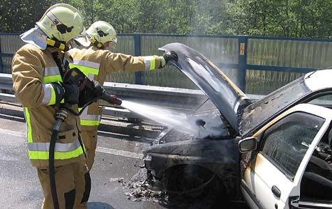 Auto gerät auf der Rückreise vom Urlaub in Brand (Bild: Berufsfeuerwehr Klagenfurt)
